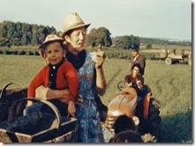 Vendanges 1970 - Eric Challeau dans les bras de Marie.