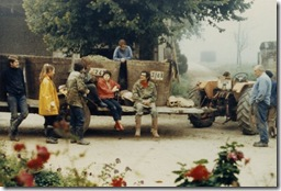Vendanges- Agressais 1970 - Départ pour les vignes dans le brouillard matinal.